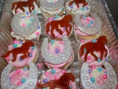 horse-silhouettes-and-horseshoe-cupcakes